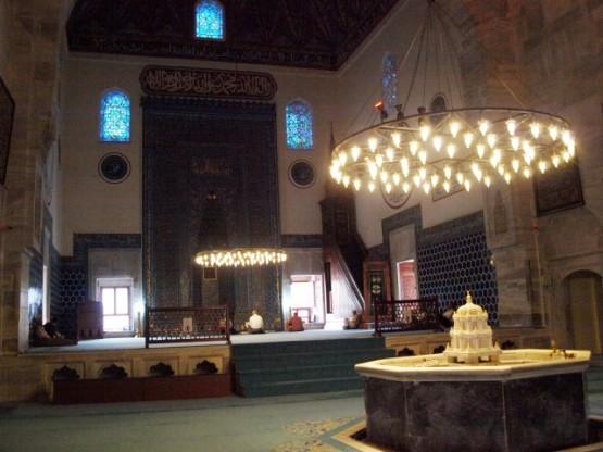 Bursa Yeşil Camii, Bursa'da ilk dönem Osmanlı mimarisinin önemli örnekleri arasında yer alan bir tarihi eser. Cami içinde güzel bir şadırvan var, Şadırvanın tek parçadan yapılmış fıskiyesi göz alıcı bir inceliği sergiliyor. Şadırvanlar, genel de Osmanlı cami mimarisinin temel öğelerindendir ve oymacılık, hat, mermer işçiliği gibi sanatlarla bütünleşip, camileri süslerler. Tıpkı Yeşil Cami de ki şadırvan gibi.