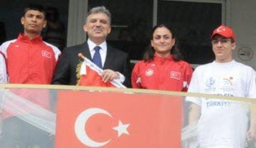 Cumhurbaşkanı Gül, Türk Bayrağını engellilerden aldı