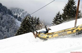 Dokadaklıların kar üstünde rafting denemesi