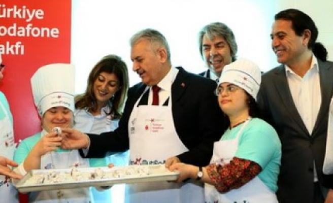 Bakan Yıldırım,Engelli gençlerle kurabiye yaptı