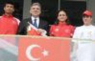 Cumhurbaşkanı Gül, Türk Bayrağını engellilerden...